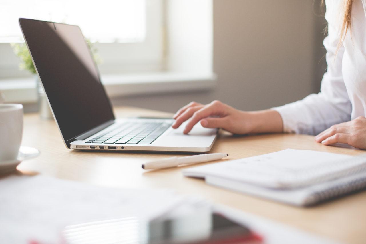 https://englische-karrieremanufaktur.de/wp-content/uploads/2018/06/business-woman-working-on-laptop-in-her-office-picjumbo-com-1280x853.jpg